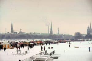 Alstersee Zugefroren in der Hansestadt winter (1)