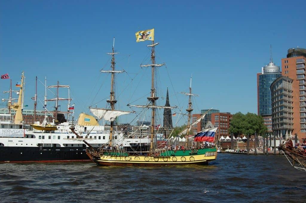 hafencity schiffsparade und traditionelle segler
