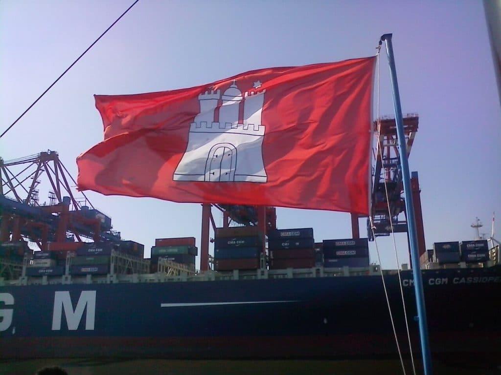 hamburger flagge aufm Schiffscontainer