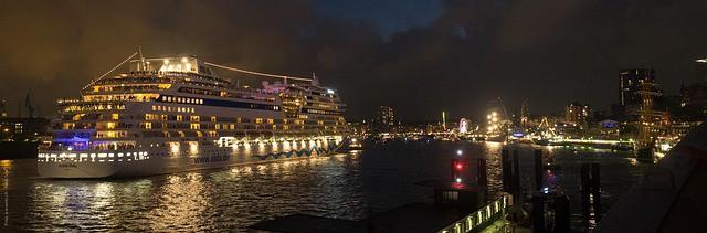 Hamburg Kreuzfahrtterminal bei Nacht Licht